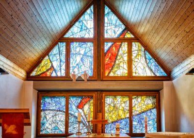 Altar und Fensterkunst in der Altenberger Kirche