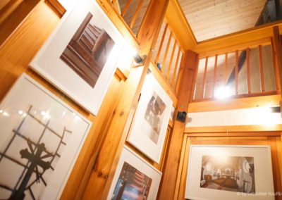 Eine tschechische Fotoausstellung schmückt den Innenraum der Altenberger Kirche