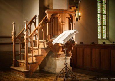 Kanzelaufgang und Lesepult der Kirche Fürstenau