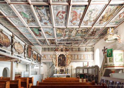 Innenansicht der Schellerhauer Kirche mit Altar und Kanzel