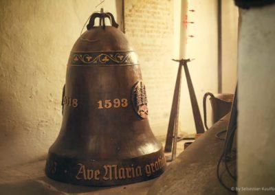 Glocke hinter dem Altar der Schellerhauer Kirche
